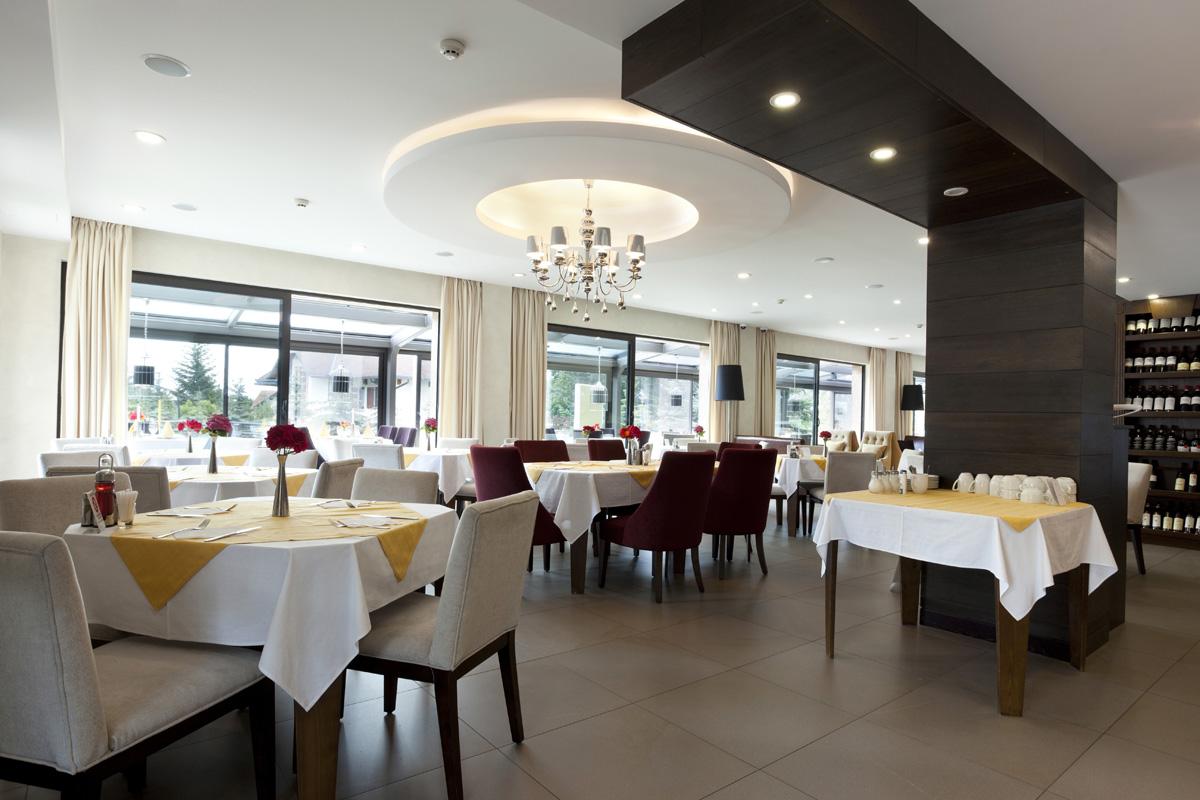 Vista del interior de un restaurante con las mesas puestas